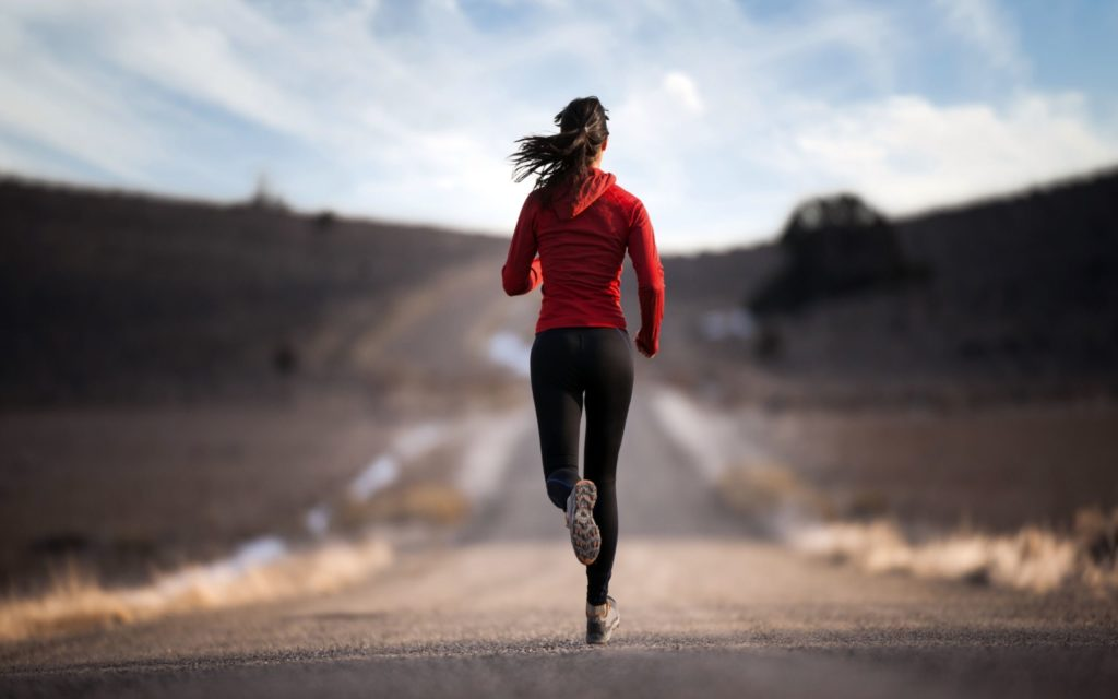 Femme qui court. Communauté de coureurs