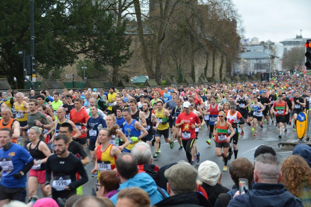 Marathon qui montre les coureurs et le soutien du public